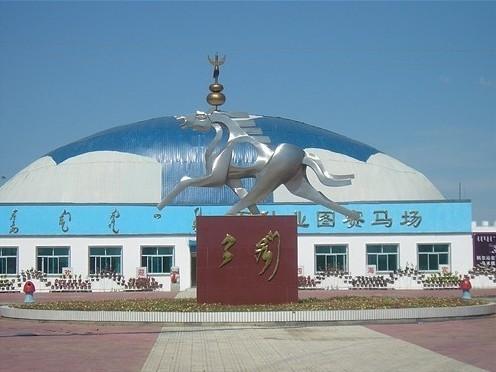 马场位于内蒙古兴安盟科尔沁右翼中旗所在地巴彦呼舒镇东侧,紧靠
