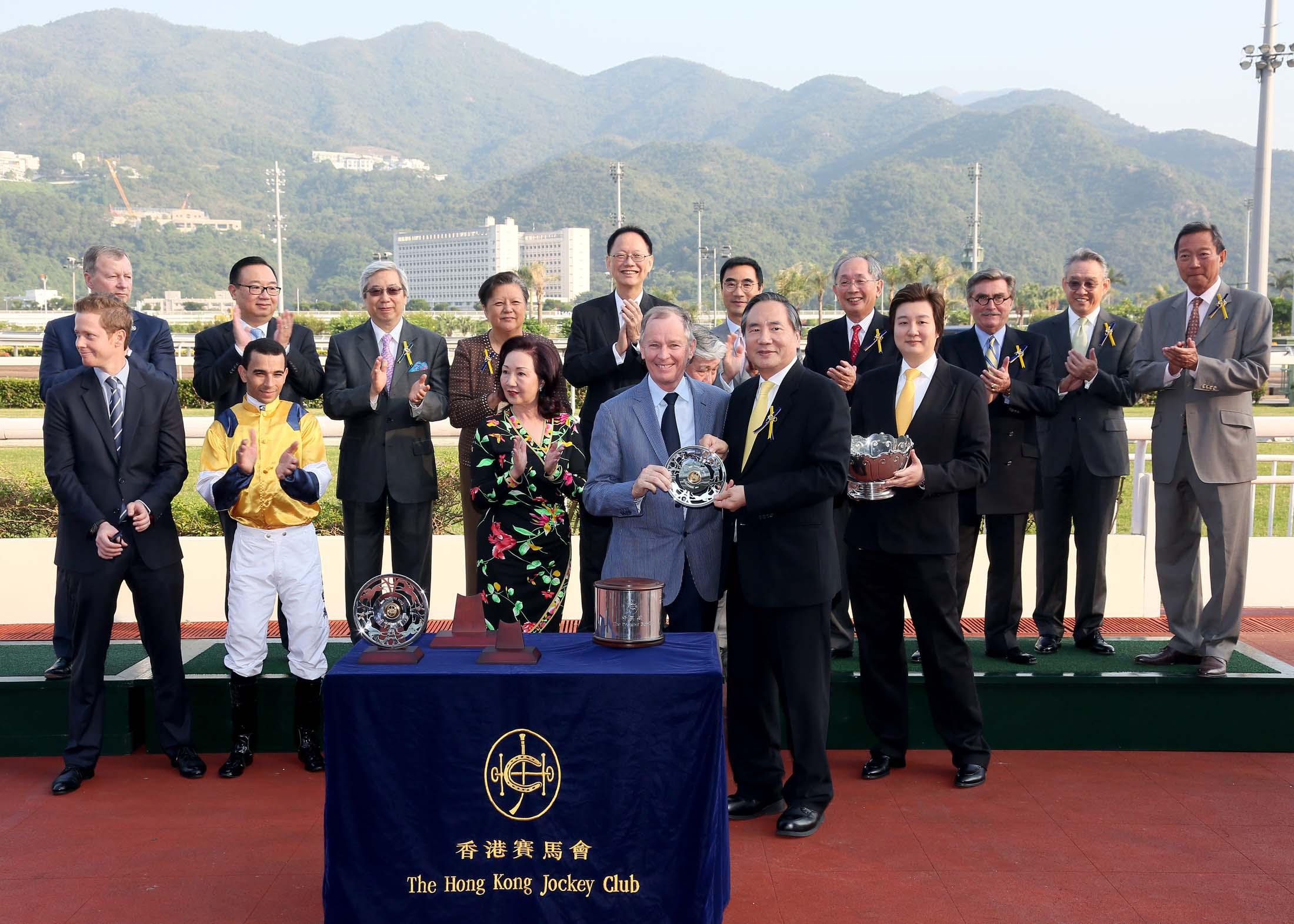 """新加坡冠军骑师莫雷拉和""""绰力之城""""登顶香港赛马精英碗大赛"""