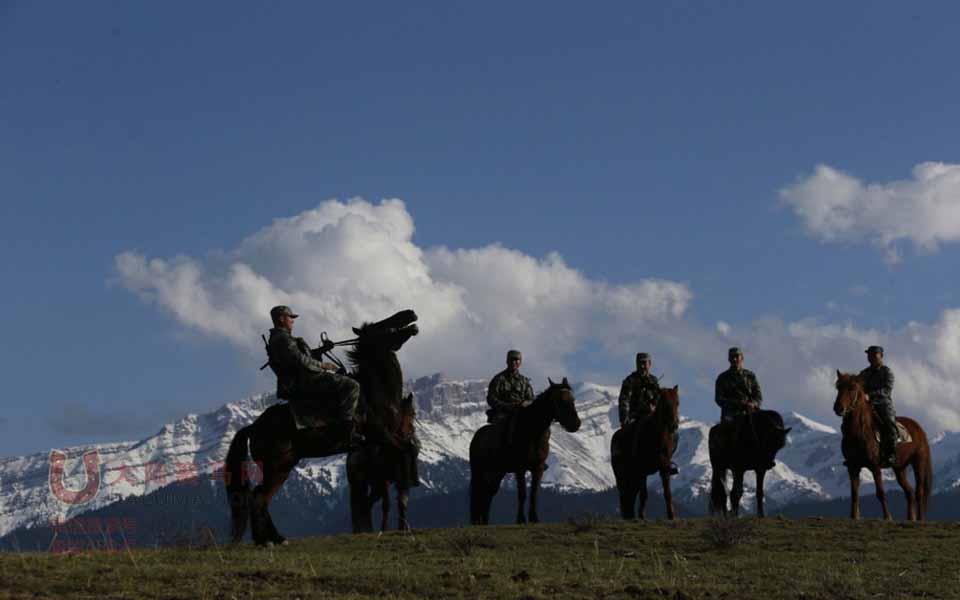 练就一身精湛雷竞技安卓版的驻伊犁边防部队骑马巡逻