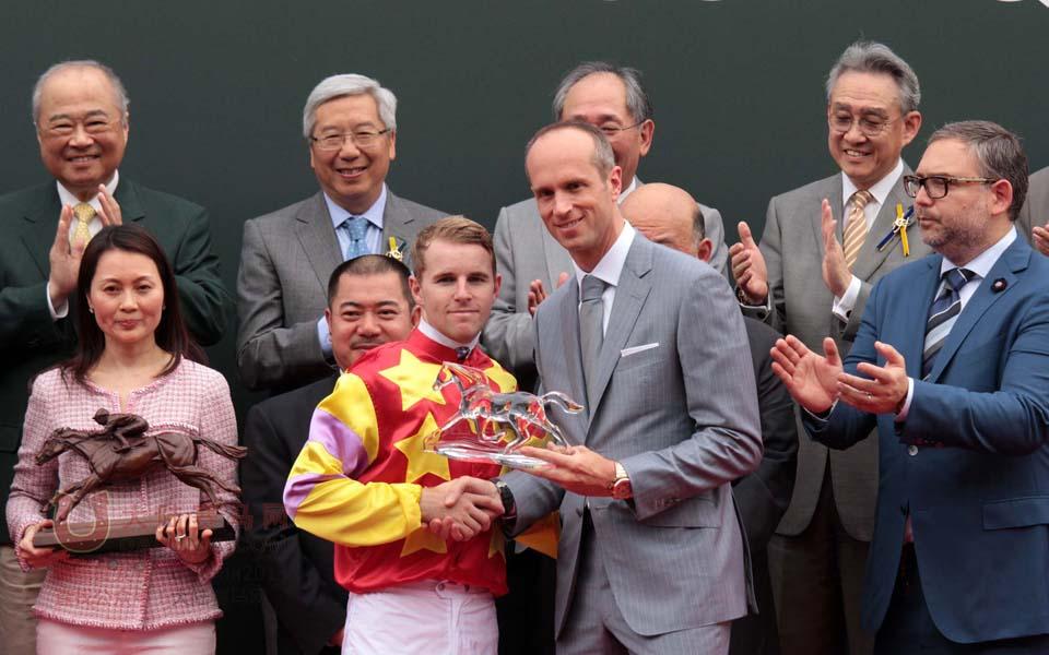 香港赛马一级赛爱彼女皇杯现场图片