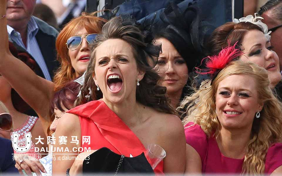 时尚女魔头倾巢而出!英国赛马节女士日上放纵的优雅与疯狂(1)