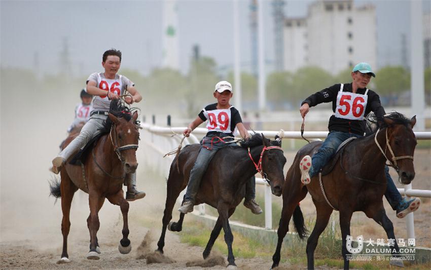 甘肃阿克塞举行传统赛马会(组图)